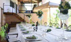 Der große Esstisch lädt zu festlichen Abendessen ein
