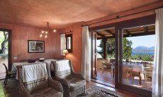 Wohnbereich mit Esstisch und Terrassenzugang