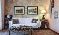 Wohnzimmer mit Steinwand und Dekorationen
