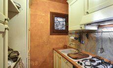 Küche mit allen wichtigen Geräten und Utensilien