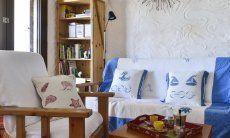 Wohnzimmer mit gemütlicher Sofa-Ecke