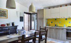 Vollausgestattete Küche mit Esstisch und Gartenzugang