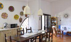 Wohnraum mit sardischer Dekoration und großem Esstisch