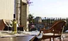 Weisswein mit zwei Gläsern auf der Terrasse mit Meerblick von  Li Conchi 7