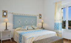 Schlafzimmer mit Doppelbett und Fenster Li Conchi 7