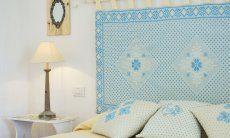 Doppelbett mit Nachttisch und Lampe und Kopfende alle im sardischen Stil Li Conchi 7
