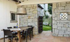 Esstisch für 6 Personen auf der überdachten Terrasse von Li Conchi 9, Cala Sinzias
