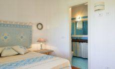 Schlafzimmer mit Doppelbett und Ensuite Bad