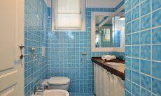 Hellblau gekacheltes Bad mit Dusche Li Conchi 9, Cala Sinzias
