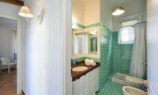 Bad mit Dusche in hellgrün Li Conchi 9, Cala Sinzias