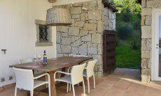 Esstisch auf der überdachten Terrasse Li Conchi 10, Cala Sinzias