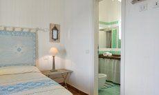 Schlafzimmer mit Doppelbett und Bad Li Conchi 10, Cala Sinzias