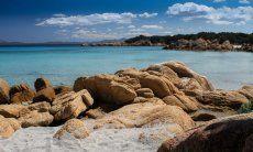 Cala Capriccioli mit verrückt geformten Felsen und glasklarem Wasser