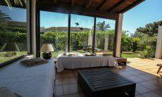 Windgeschützte Terrasse mit Blick in den Garten