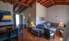 Wohnenbereich mit Sofa und Esstisch