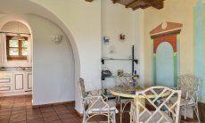 Esstisch im Wohnbereich und Blick in die Küche
