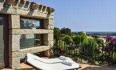 Terrasse mit Sonnenliegen und Meerblick der Villa Domus 16