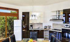 Offene, moderne Küche mit Blick auf die Umgebung