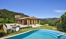 Großer Pool der Villa Torretta Chia
