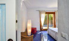 Schlafzimmer 2 mit Doppelbett und Gartenzugang