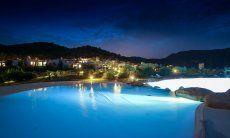Großer Gemeinschaftspool und die Anlage Li Conchi beleuchtet bei Nacht