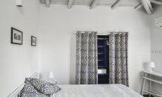 Schlafzimmer 1 mit heller Holzdecke