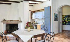 Wohnbereich mit Esstisch, Kamin und Küche