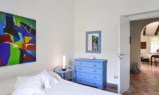 Schlafzimmer 1 mit Blick in den Flur