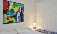 Schlafzimmer 2 mit Doppelbett und viel Stauraum