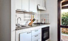Küchenzeile mit Ofen und Gasherd im Obergeschoß