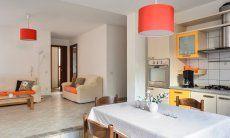 Wohnküche unten mit Esstisch und Blick in den Wohnbereich