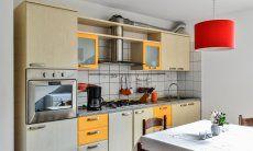 Küchenzeile im Untergeschoß mit Backofen, Gasherd, Abzugshaube und Spüle