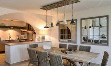 Küche und Essbereich sind durch eine Bar getrennt