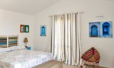 Schlafzimmer 1 mit bunten Wanddekorationen