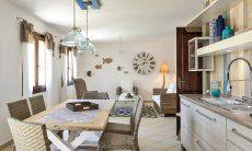 Wohnbereich mit Sofaecke, Küche und Esstisch