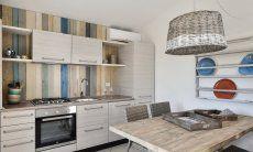 Moderne, vollausgestattete Küche im Wohnbereich