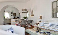 Sofa, Esstisch und Küche im Hintergrund