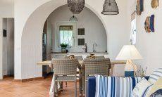 Wohnzimmer mit Küche im Hintergrund