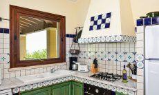 Sardische Küche mit allen wichtigen Utensilien und Geräten