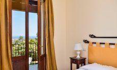 Schlafzimmer 4 mit Doppelbett und Meerblick