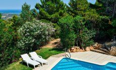 Pool umgeben von Wald und Garten