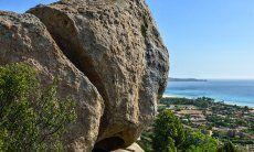 Felsformationen und Blick auf die Costa Rei