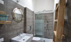 Modernes Badezimmer 1 mit Glasdusche