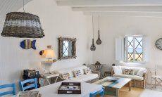 Stylisches und modern eingerichtetes Wohnzimmer mit großem Esstisch