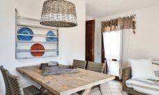Wohnbereich mit Esstisch und Sofa