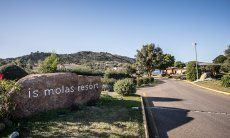 Einfahrt vom Golfresort Is Molas