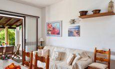 Wohnbereich mit Esstisch, Sofa und Terrassenzugang
