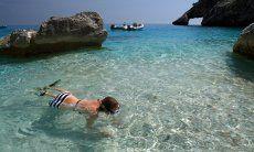 Junges Mädchen schnorchelt im dursichtigen Meer von Cala Goloritze; Cala Luna
