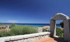 Eingang durch einen Granitbogen in Sant Elmo, Südsardinien