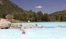Großer Pool mit Kinder- und Erwachsenenbecken mitten im Grünen